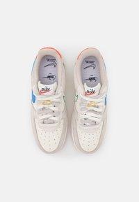 Nike Sportswear - AIR FORCE 1 - Sneakers basse - sail/green noise/cream/light bone/summit white/orange - 4