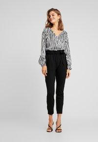 Vero Moda - VMEVA LOOSE SIDE PAPERBAG PANT - Pantalones - black - 1