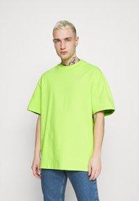 Weekday - GREAT - Camiseta básica - green bright - 0