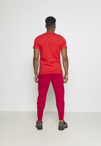 Nike Sportswear - TONE - Pantalon de survêtement - gym red/fusion red - 2