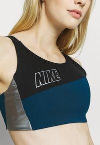 Nike Performance - LOGO BRA PAD - Sujetadores deportivos con sujeción media - valerian blue/black/metallic cool grey - 4