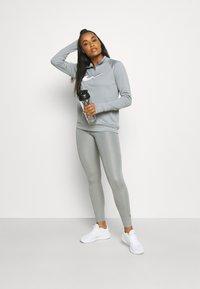 Nike Performance - RUN - Topper langermet - particle grey/white - 1