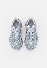 adidas Originals - OZWEEGO HELMET OPEN - Tenisky - half silver/half blue/white tint - 5