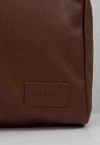 Pier One - UNISEX - Weekend bag - cognac - 3