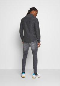 Only & Sons - ONSBRAD HERRINGBONE - Skjorter - medium grey melange - 2