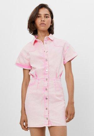 MIT KNÖPFEN IM WASHED LOOK  - Denim dress - pink