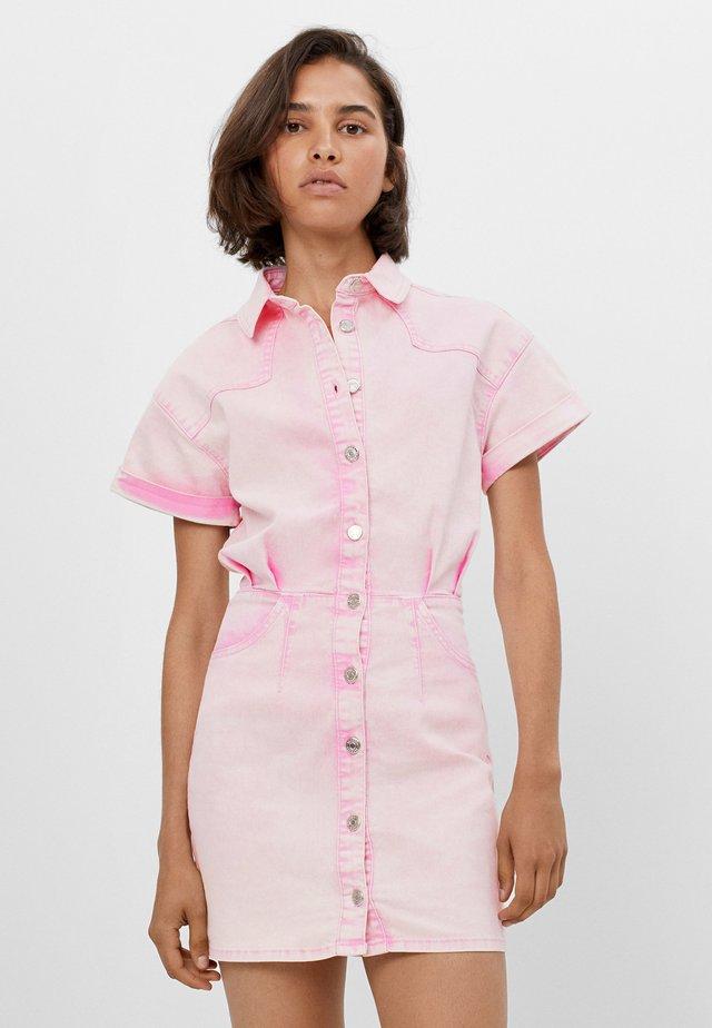 MIT KNÖPFEN IM WASHED LOOK  - Denimové šaty - pink