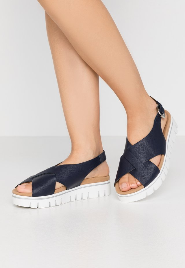 Korkeakorkoiset sandaalit - midnight