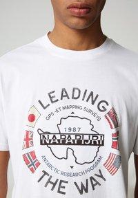 Napapijri - SALYA - T-shirt med print - bright white - 3