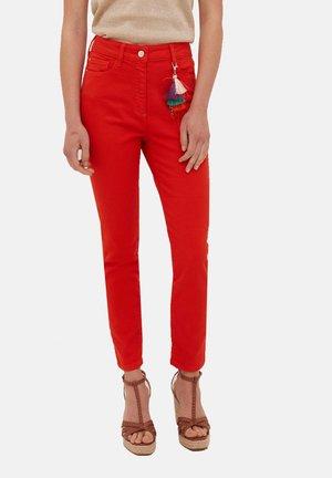 SKINNY-HOSE MIT TRODDELANHÄNGER - Trousers - rosso
