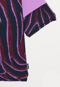 Molo - ODESSA - T-shirt imprimé - bordeaux/dark blue/lilac - 3