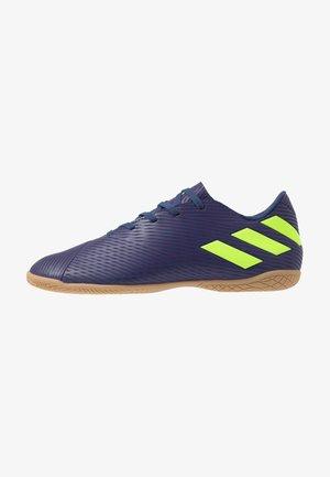 NEMEZIZ MESSI 19.4 IN - Botas de fútbol sin tacos - tech indigo/green/glow purple