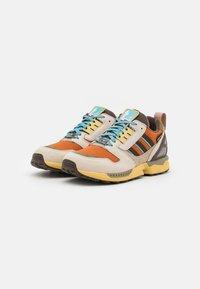 adidas Originals - ZX 8000 UNISEX - Sneakers laag - linen/brown/tech copper - 1