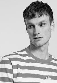 Holzweiler - HANGER STRIPED TEE - T-shirt print - red/white - 3