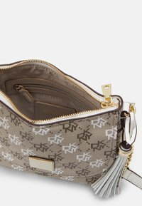 DKNY - AALTA FLAP SHOULDER BAG LOGO - Skulderveske - brown multi/white - 3