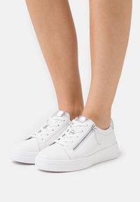 Gabor Comfort - Sneakers laag - weiß/silber - 0