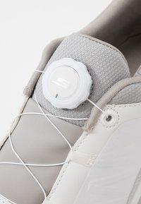 Skechers Performance - TORQUE TWIST - Golfové boty - white/gray - 5
