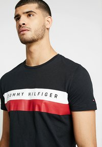 Tommy Hilfiger - LOGO BAND TEE - Print T-shirt - black - 4