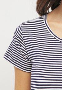 JoJo Maman Bébé - GATHERED - Print T-shirt - navy ecru stripe - 4