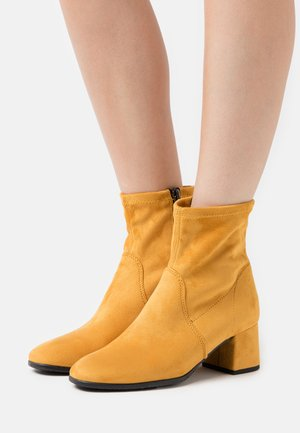 BOOTS - Kotníkové boty - mustard