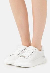 Steve Madden - GLACIAL - Sneakers laag - white/silver - 0