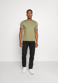Calvin Klein - CHEST LOGO - T-shirt basic - green - 1