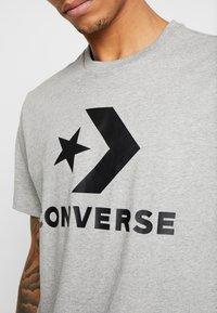 Converse - STAR CHEVRON TEE - Print T-shirt - mottled light grey - 5