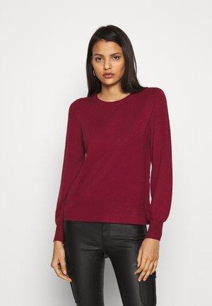 Stickad tröja - cabernet
