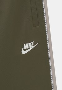 Nike Sportswear - REPEAT - Szorty - medium olive/desert sand/white - 2