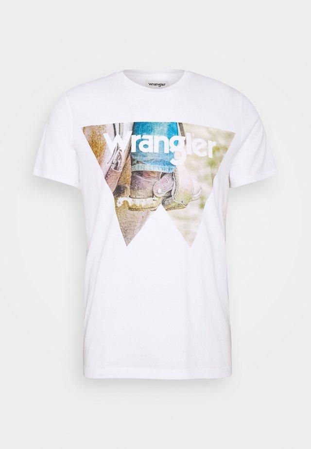 COWBOY COOL TEE - Camiseta estampada - white