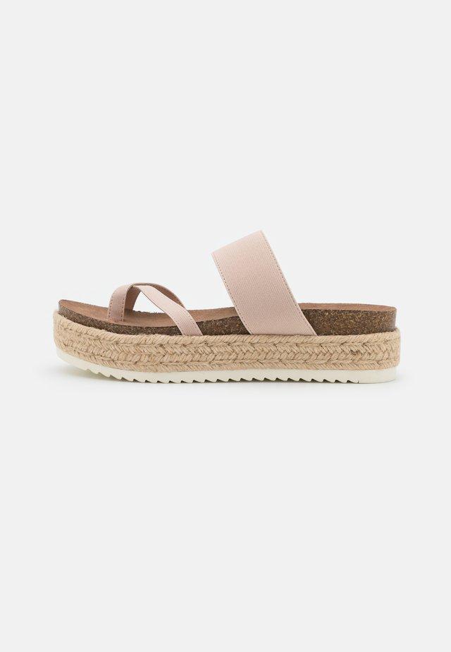 CASE - Sandaler m/ tåsplit - nude
