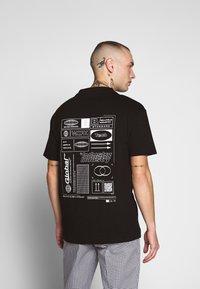 Bellfield - GLOBAL WORKSHOP PRINT TEE - Print T-shirt - black - 2
