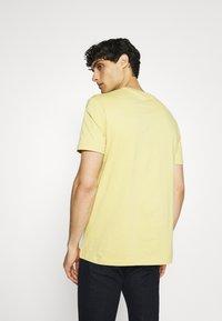 Ben Sherman - SIGNATURE POCKET TEE - Basic T-shirt - pale yellow - 2