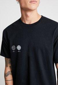 Mennace - DOVE BACK  - Print T-shirt - black - 5