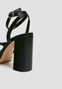 PULL&BEAR - MIT GESTEPPTEM ÜBERFUSSRIEMEN - High heeled sandals - black - 3
