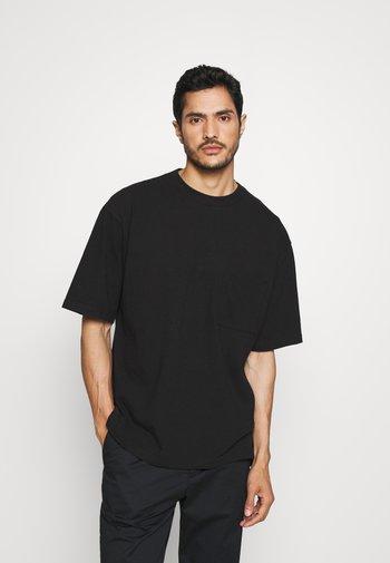 OVERSZED - Jednoduché triko - true black