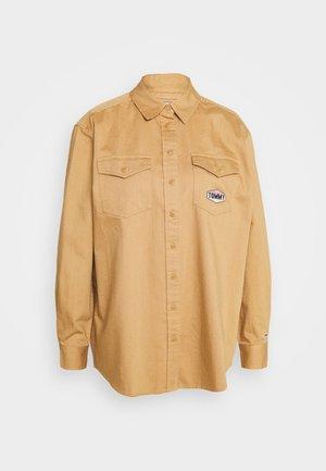 BADGE DETAIL - Skjorte - country khaki