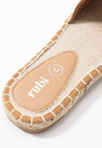 Rubi Shoes by Cotton On - TALYA SINGLE VAMP  - Pantofle - tan - 2