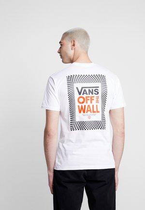 CHECKERBOARD ROOM - Print T-shirt - white