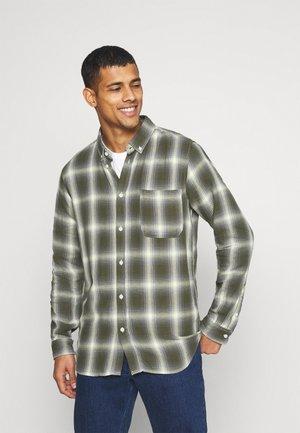 AKLOUIS  CHECK - Shirt - vineyard green