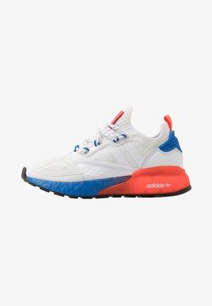 ZX 2K BOOST - Sneakersy niskie - footwear white/solid red/blue