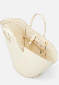 Little Liffner - OPEN TULIP MEDIUM - Handbag - light beige - 3