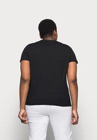 Tommy Hilfiger Curve - REGULAR TEE - Print T-shirt - black - 2
