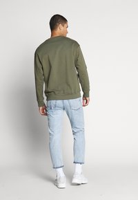 Levi's® - RELAXED GRAPHIC CREWNECK - Sweatshirt - olive night - 2
