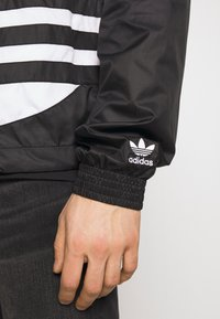 adidas Originals - BIG TREFOIL  - Windbreaker - black - 5