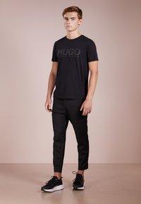 HUGO - DOLIVE - T-shirt med print - black - 1