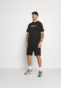 Levi's® - PRIDE VINTAGE FIT GRAPHIC TEE UNISEX - Print T-shirt - caviar - 1