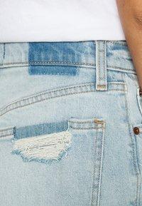 Abercrombie & Fitch - CURVE LOVE HIGH RISE MOM - Denim shorts - dark - 3