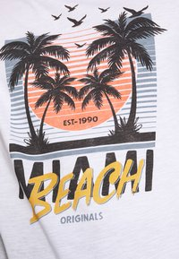 Jack & Jones - JORKALLO TEE CREW NECK - T-Shirt print - white - 5
