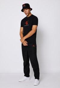 Calvin Klein Jeans - MONOGRAM ROLL CUFF TEE - T-shirts med print - black - 3